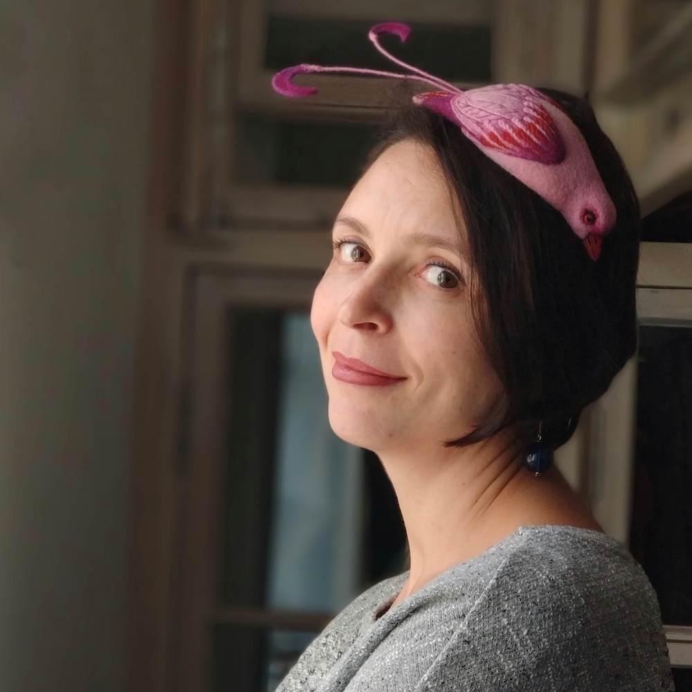 Арт-шляпка в виде розовой райской птички